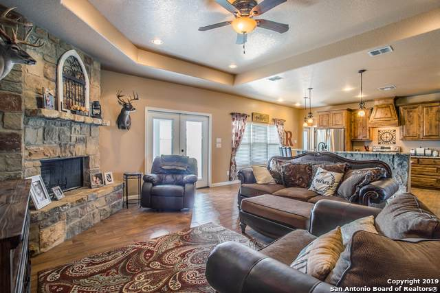 264 Triple R Dr, La Vernia, TX 78121 (#1402660) :: The Perry Henderson Group at Berkshire Hathaway Texas Realty