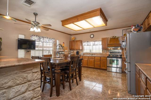 208 Country View Ln, Floresville, TX 78114 (MLS #1417105) :: Alexis Weigand Real Estate Group