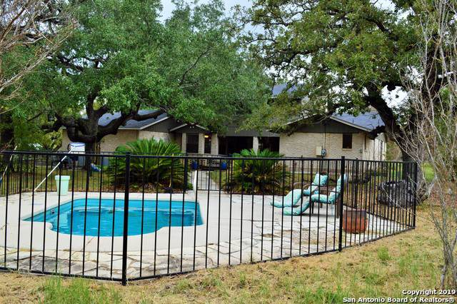 1902 Bentwood Dr, Floresville, TX 78114 (#1419699) :: The Perry Henderson Group at Berkshire Hathaway Texas Realty
