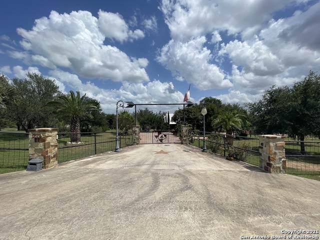 255 Broken Arrow, Floresville, TX 78114 (MLS #1518346) :: Alexis Weigand Real Estate Group
