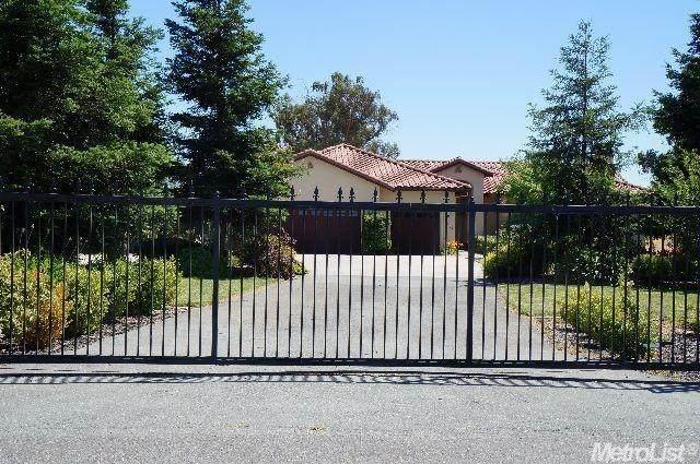 8654 Bradshaw Rd, Elk Grove, CA 95624 (MLS #221087680) :: 3 Step Realty Group