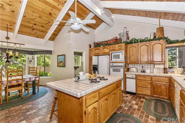 176 Hillcrest Court, Lake Arrowhead, CA 92352 (#301636632) :: Cay, Carly & Patrick | Keller Williams