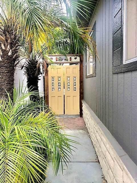 262 Mayflower, Newport Beach, CA 92660 (#NP21097153) :: Compass