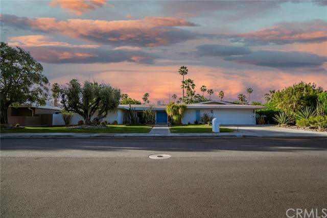 1042 E Sierra Way, Palm Springs, CA 92264 (#PS21110066) :: SunLux Real Estate
