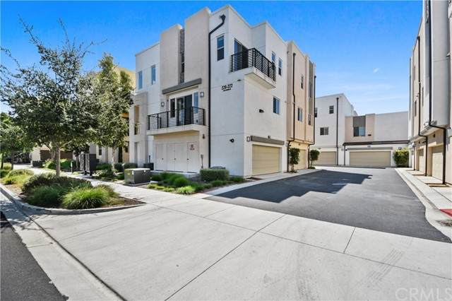 220 Paramount, Irvine, CA 92618 (#OC21191015) :: The Todd Team Realtors