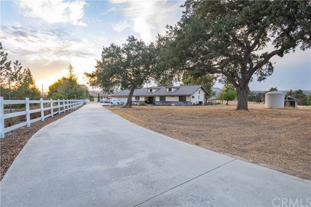 935 Otero Lane, Paso Robles, CA 93446 (#NS21227743) :: SunLux Real Estate