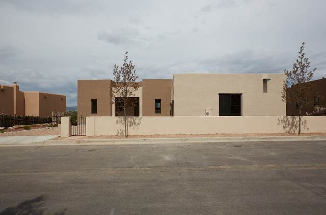 5 Calle Vecinos, Santa Fe, NM 87507 (MLS #202001878) :: The Desmond Hamilton Group