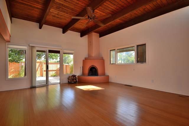 2838 Plaza Rojo, Santa Fe, NM 87507 (MLS #202104157) :: Berkshire Hathaway HomeServices Santa Fe Real Estate