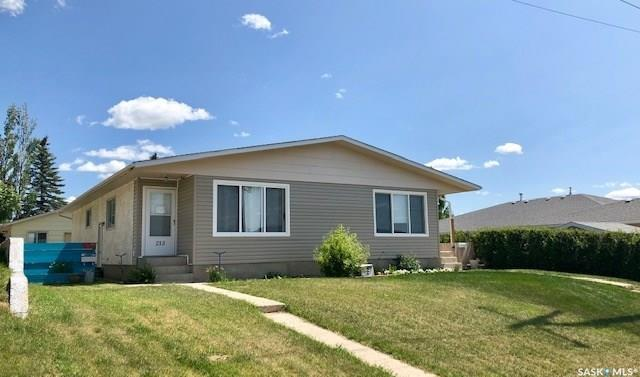 215 18th Avenue NE, Swift Current, SK S9H 2Y2 (MLS #SK781523) :: The A Team