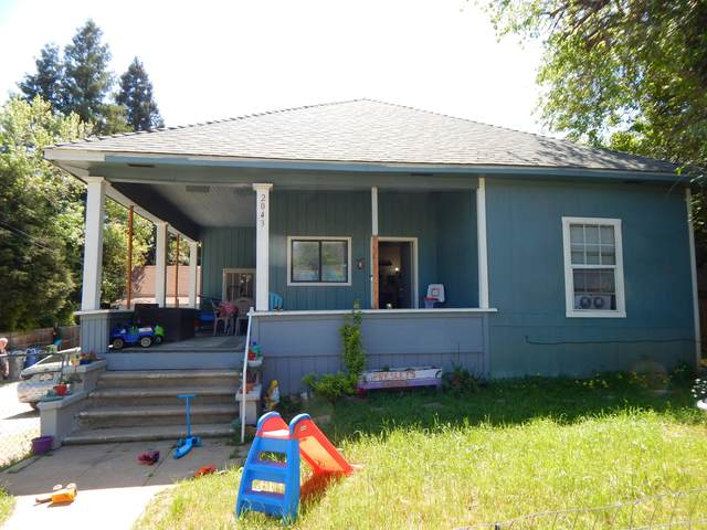 2043 Placer St, Redding, CA 96001 (#21-1675) :: Waterman Real Estate