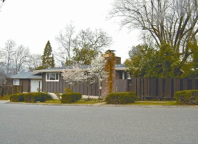 1605 Oak St, Redding, CA 96001 (#21-2690) :: Real Living Real Estate Professionals, Inc.