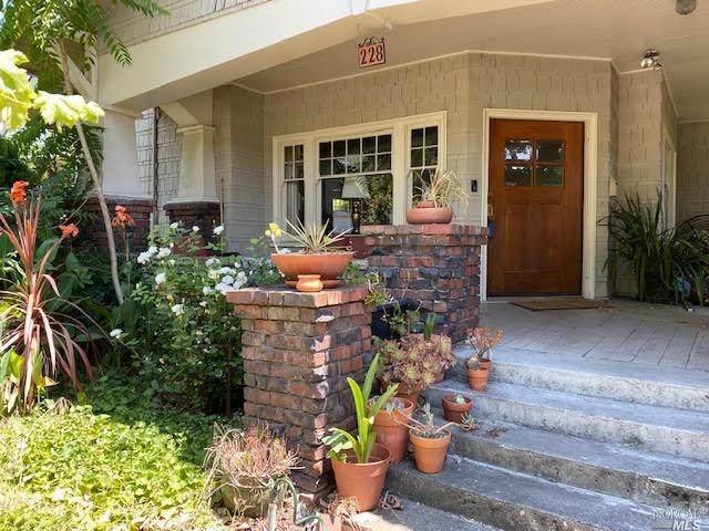 228 Olive St, Santa Rosa, CA 95401 (#ML81801387) :: Robert Balina | Synergize Realty