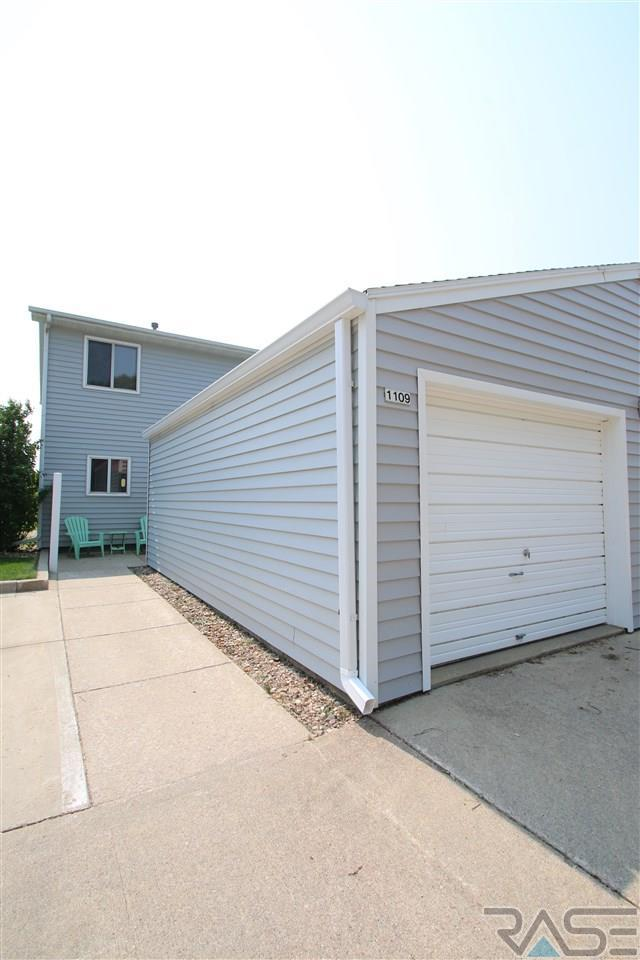 1109 S Bridgeport Pl, Sioux Falls, SD 57106 (MLS #21804948) :: Tyler Goff Group