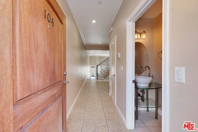 5241 Colodny Drive #104, Agoura Hills, CA 91301 (#21798166) :: Team Forss Realty Group