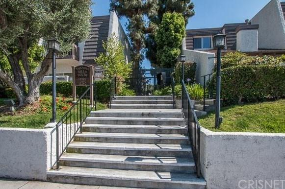 18340 Collins Street D, Tarzana, CA 91356 (#SR18063576) :: Realty Vault
