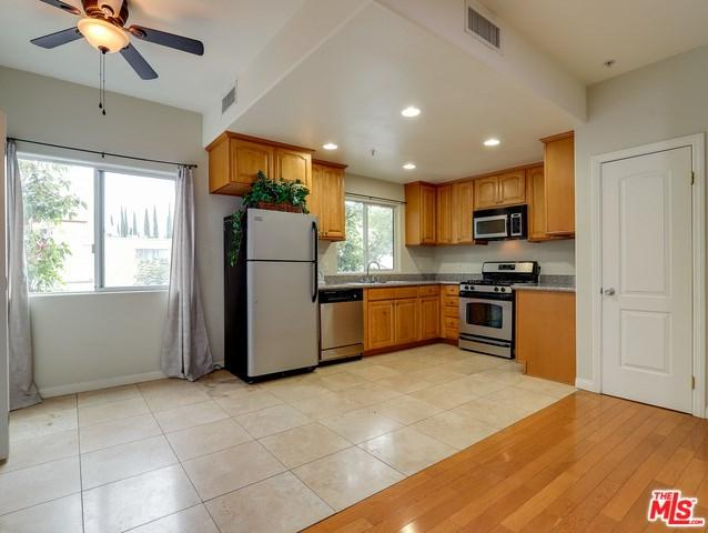 15053 Victory #11, Van Nuys, CA 91411 (#18413658) :: Ardent Real Estate Group, Inc.
