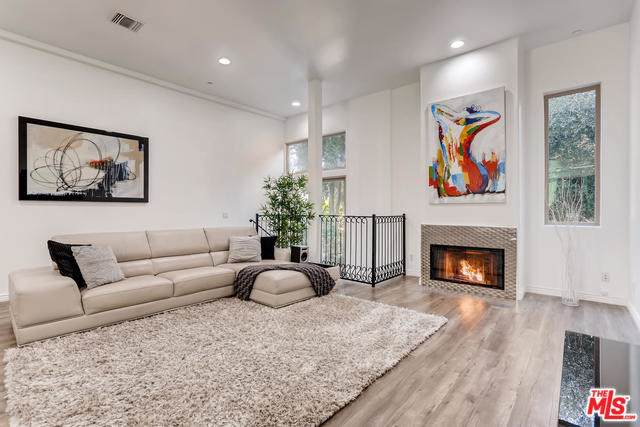 11444 Moorpark Street #104, Studio City, CA 91602 (#19503060) :: The Brad Korb Real Estate Group