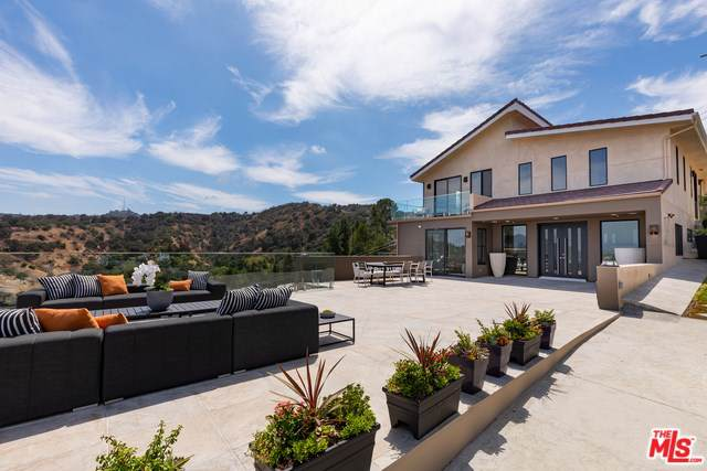 12480 Viewcrest Road, Studio City, CA 91604 (#19510824) :: Brandon Hobbs Group