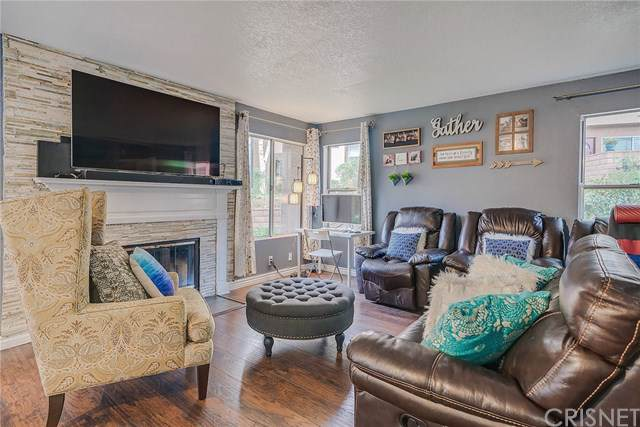 22715 Copper Hill Drive #18, Saugus, CA 91350 (#SR19221778) :: The Laffins Real Estate Team