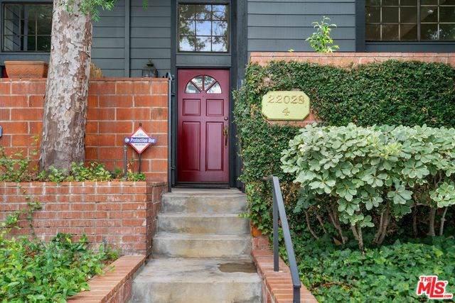 22028 Collins Street #4, Woodland Hills, CA 91367 (#19513048) :: RE/MAX Empire Properties