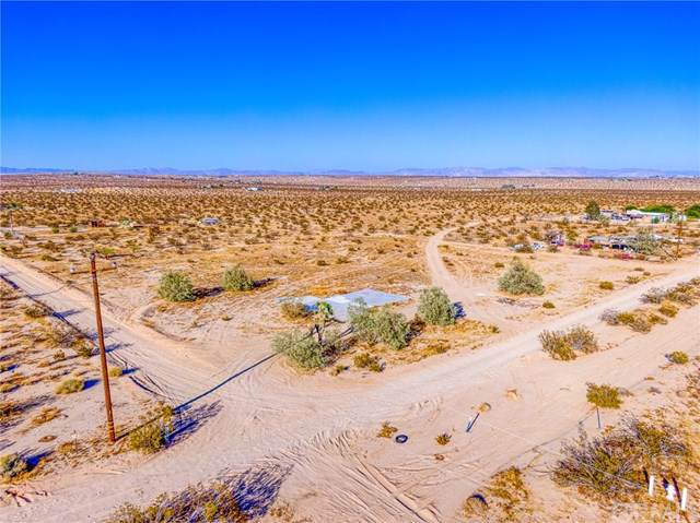 63140 Pole Road, Joshua Tree, CA 92252 (#JT19236082) :: The Laffins Real Estate Team