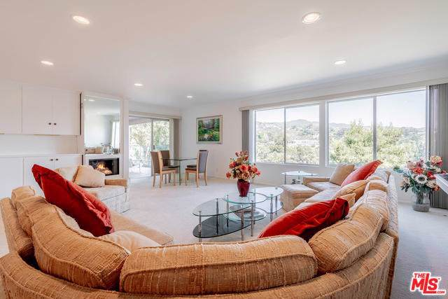 17339 Tramonto Drive #302, Pacific Palisades, CA 90272 (#19514810) :: DSCVR Properties - Keller Williams