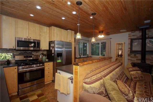 23826 Scenic Drive, Crestline, CA 92325 (#CV19259997) :: RE/MAX Innovations -The Wilson Group