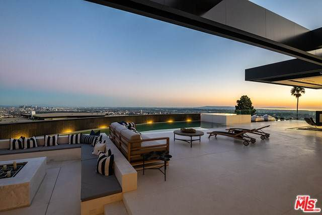 1561 Blue Jay Way, Los Angeles (City), CA 90069 (#20567336) :: Berkshire Hathaway HomeServices California Properties
