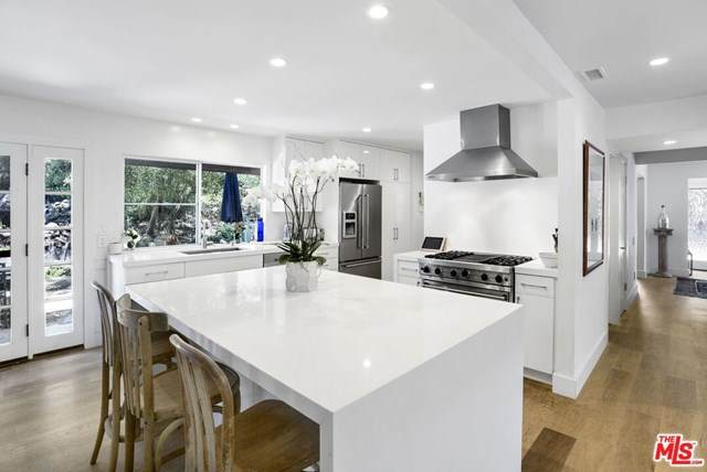 16946 Avenida De Santa Ynez, Pacific Palisades, CA 90272 (#20616406) :: Allison James Estates and Homes