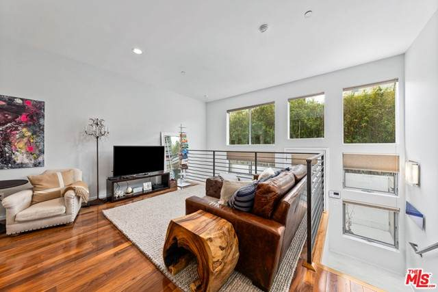 4151 Redwood Avenue #406, Los Angeles (City), CA 90066 (#21728408) :: Team Forss Realty Group