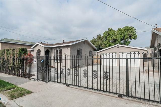 7626 Parmelee Ave, Los Angeles (City), CA 90001 (#DW21100095) :: Team Forss Realty Group