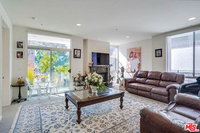 10911 Wellworth Avenue 2A, Los Angeles (City), CA 90024 (#21730422) :: Frank Kenny Real Estate Team