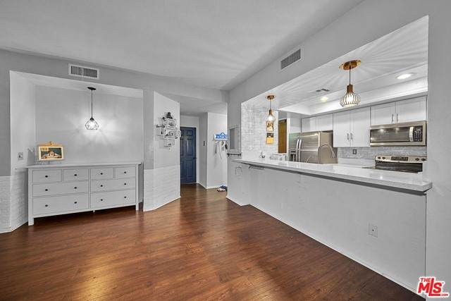 435 S La Fayette Park Place #105, Los Angeles (City), CA 90057 (#21730506) :: Frank Kenny Real Estate Team