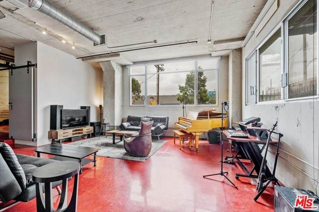 825 E 4th Street #111, Los Angeles (City), CA 90013 (#21731136) :: Team Forss Realty Group