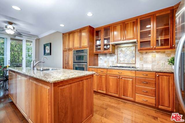 1561 S Beverly Drive #202, Los Angeles (City), CA 90035 (#21732546) :: Rogers Realty Group/Berkshire Hathaway HomeServices California Properties