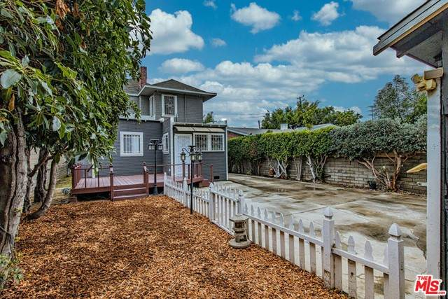 1661 W 35Th Place, Los Angeles (City), CA 90018 (#21733346) :: Rogers Realty Group/Berkshire Hathaway HomeServices California Properties