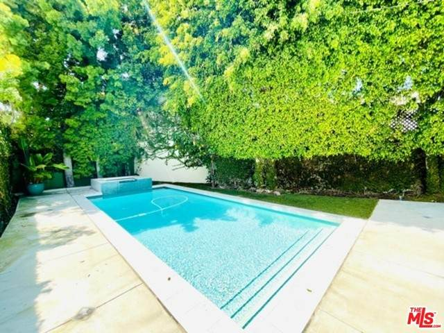 559 Huntley Drive, West Hollywood, CA 90048 (#21746844) :: Powerhouse Real Estate