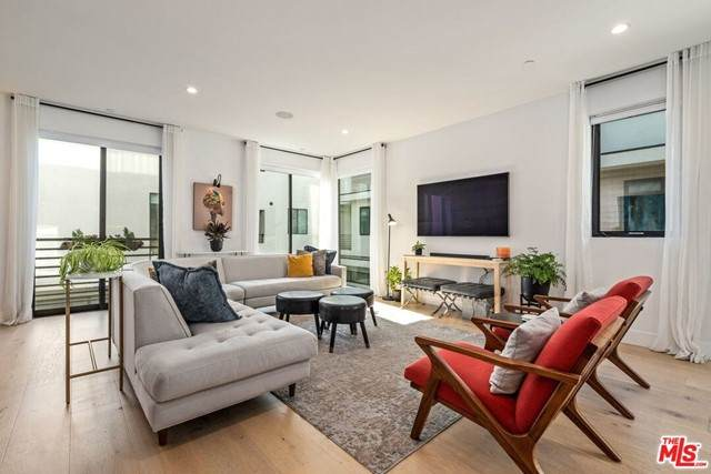 737 1/2 N Gramercy Place, Los Angeles (City), CA 90038 (#21749868) :: TeamRobinson | RE/MAX One