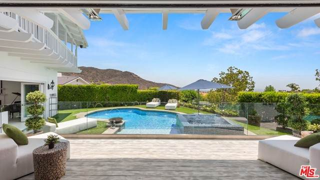1423 Floresta Place, Pacific Palisades, CA 90272 (#21751342) :: The Miller Group
