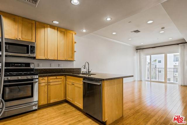 3061 W 12Th Place #303, Los Angeles (City), CA 90006 (#21752248) :: Mint Real Estate