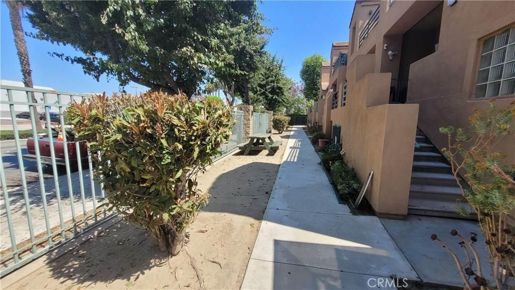 166 S Long Beach Boulevard, Compton, CA 90221 (#SR21136056) :: Mint Real Estate
