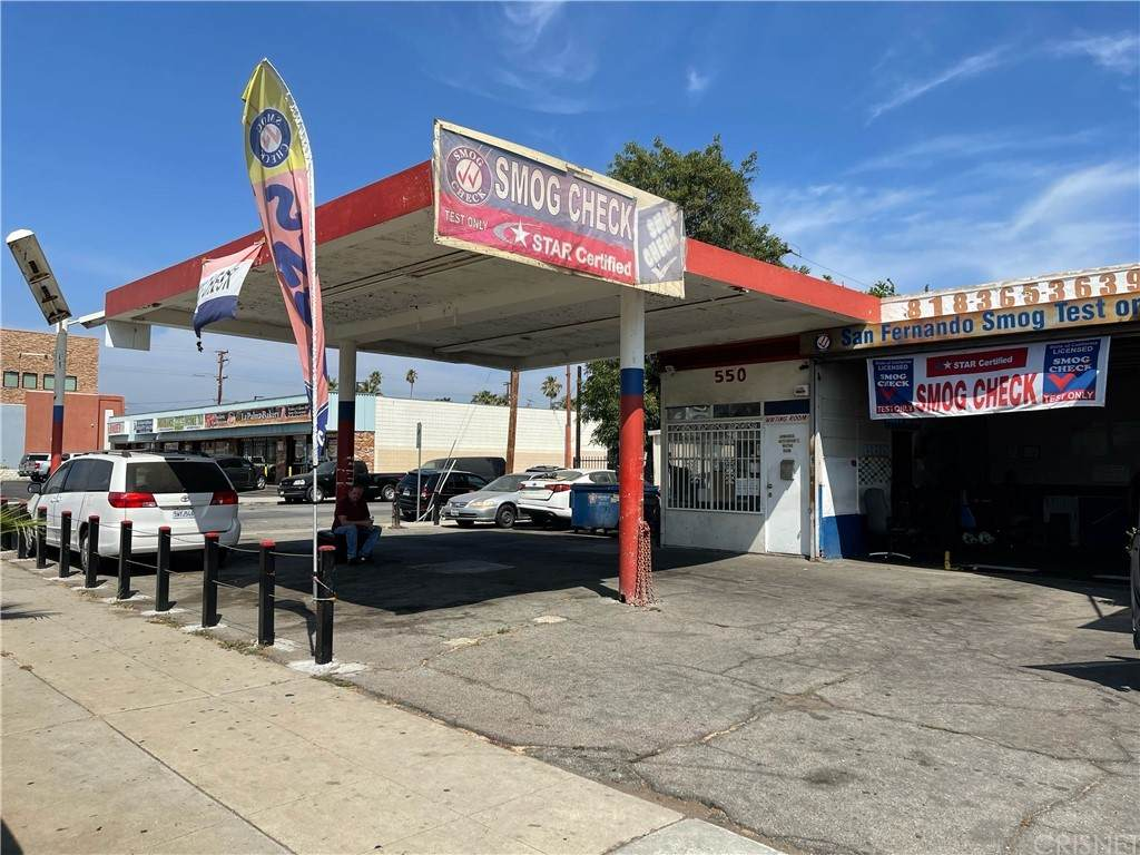 550 San Fernando Mission Boulevard - Photo 1
