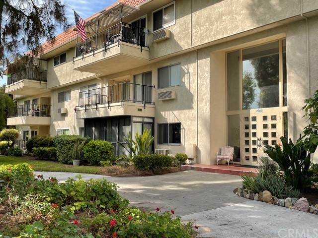 2385 Via Mariposa W 1G, Laguna Woods, CA 92637 (#LG21223658) :: RE/MAX Empire Properties