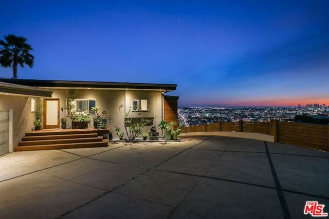 8555 Hollywood Boulevard - Photo 1