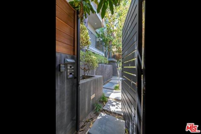 600 N Sweetzer Avenue, Los Angeles (City), CA 90048 (#21750616) :: Blake Cory Home Selling Team