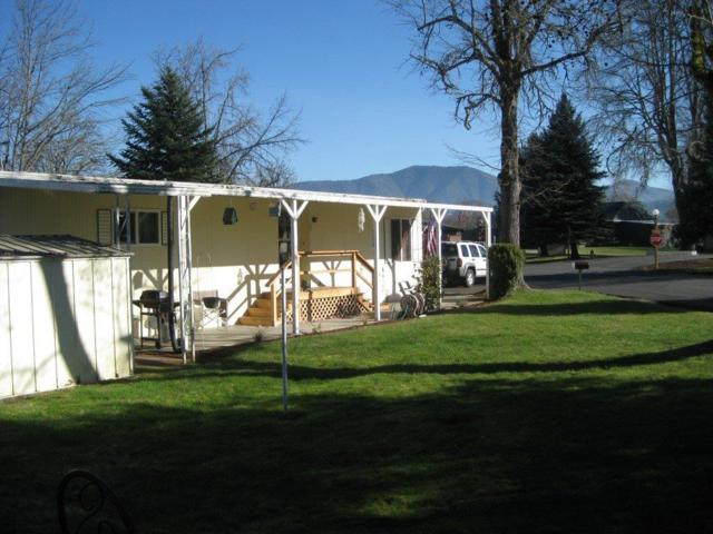 702 Westmont Drive, Grants Pass, OR 97526 (#2984968) :: Rocket Home Finder