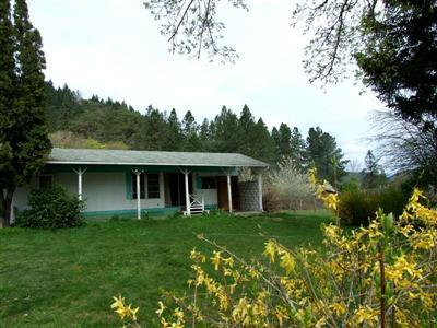 5463 Rogue River Highway, Gold Hill, OR 97525 (#2982223) :: Rocket Home Finder