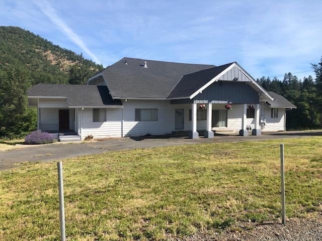 2732 Rogue River Highway, Gold Hill, OR 97527 (#3003161) :: FORD REAL ESTATE