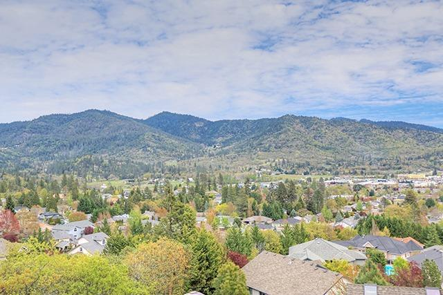 1932 NW Crown Street, Grants Pass, OR 97526 (#2983374) :: Rocket Home Finder