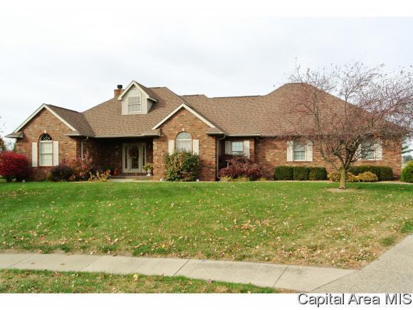 35 Wadsworth Dr, Jacksonville, IL 62650 (MLS #167316) :: Killebrew & Co Real Estate Team
